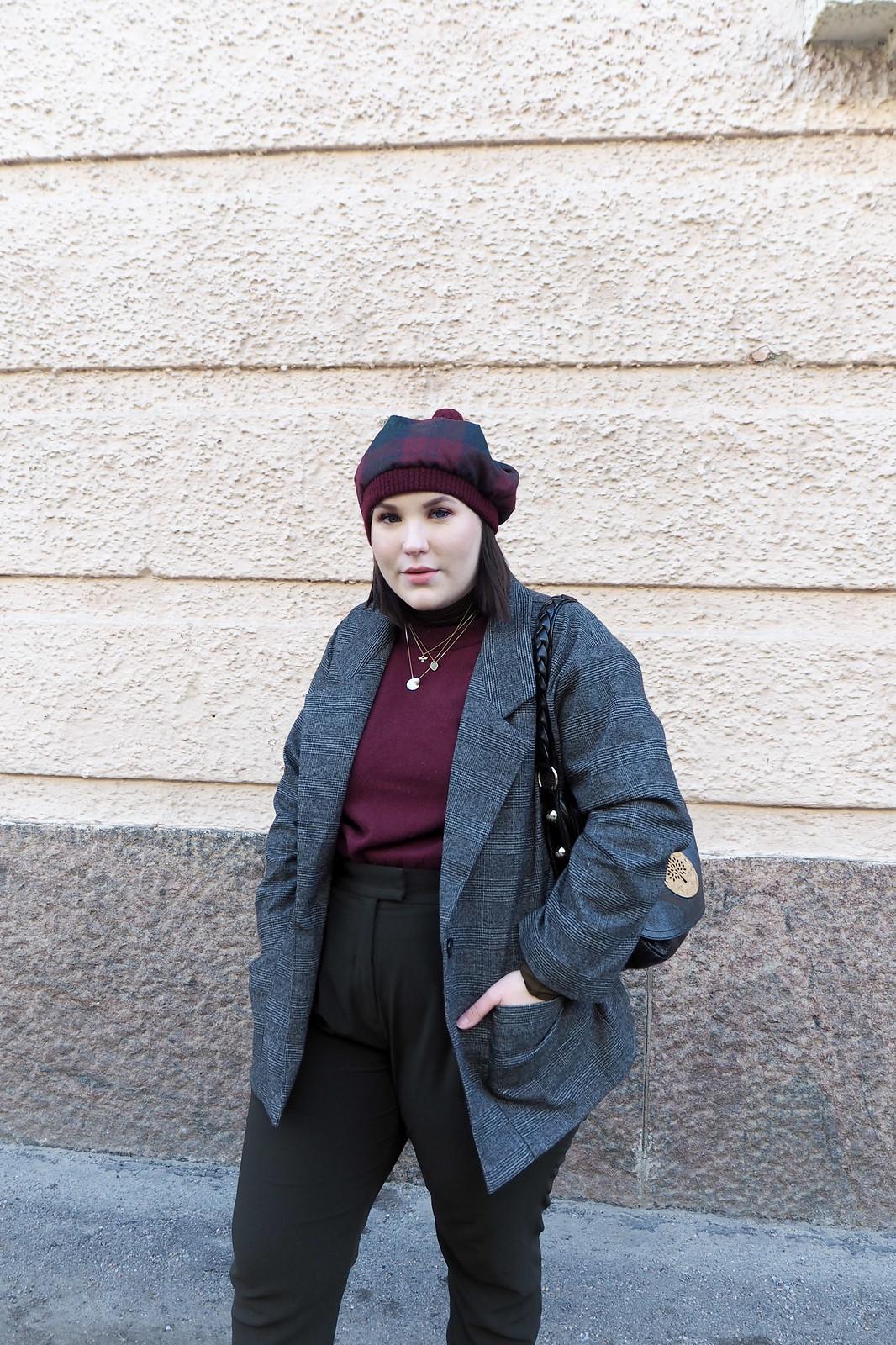 Ruutujakku, viininpunainen villapaita, vihreät housut-13