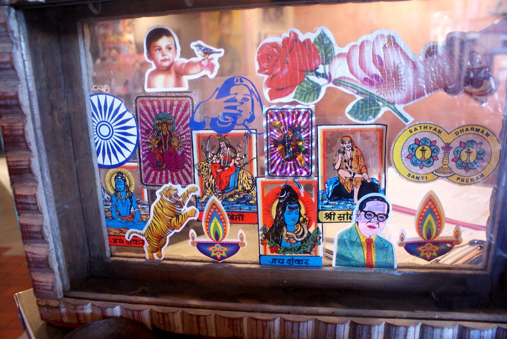 Quelques autocollants de dieux hindous dans un restaurant indien d'Oxford.