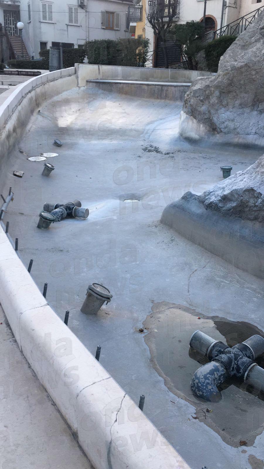 Fontana Polla danneggiata