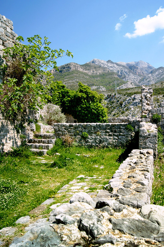 Остатки зданий в верхней части Старого Бара