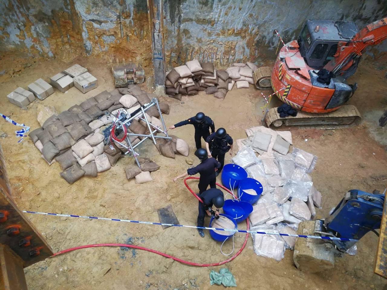 警方在地盤內設置沙包,準備銷毀炸彈。(香港警察facebook專頁)