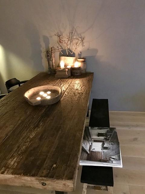 Stoere eettafel met houten bank en stoelen