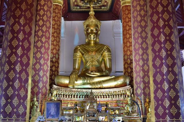 迫力のある本堂の仏像