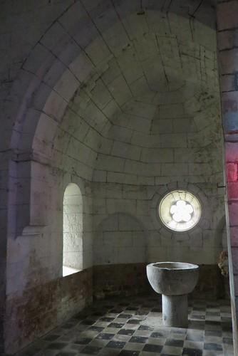 Absidiole (XIIIe) et fonts baptismaux, église romane St Blaise (XIIe-XIIIe), Lacommande, Béarn, Pyrénées-Atlantiques, Nouvelle-Aquitaine, France.