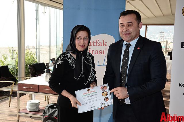 Alanya Belediyesi Yöresel Yemek Atölyesi'ne katılan kursiyerlere sertifikaları verildi. -4