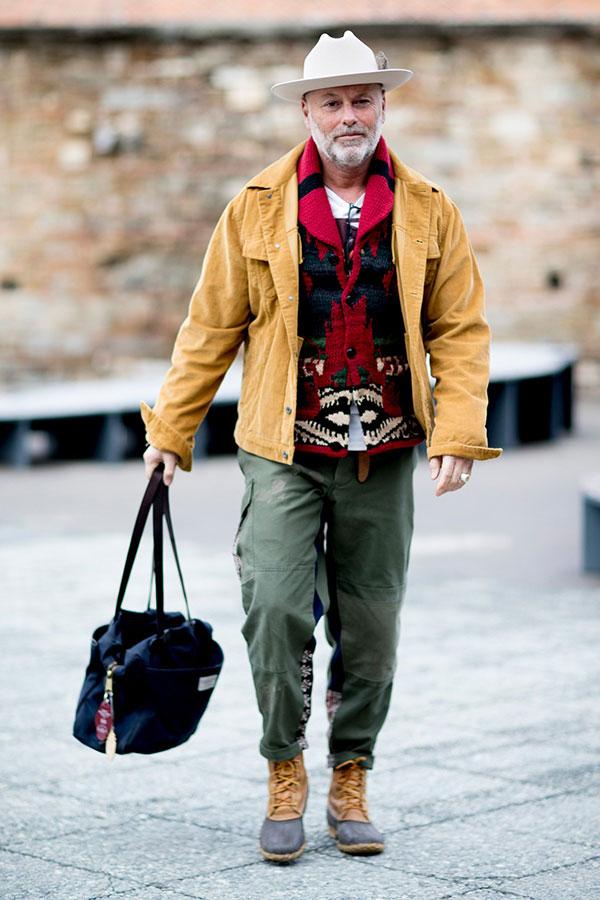 ベージュコーデュロイGジャン×赤系カウチンセーター×白Tシャツ×カーキカーゴパンツ×ハンティングブーツ