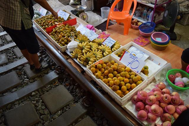 線路あった!ギリギリに並ぶ果物。