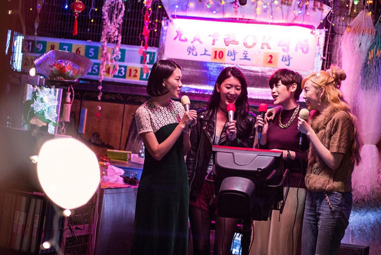 骨妹們唱著「從前過得很快樂,只我一人未發覺」,用楊千嬅的《再見二丁目》來訴說出昔日情懷。