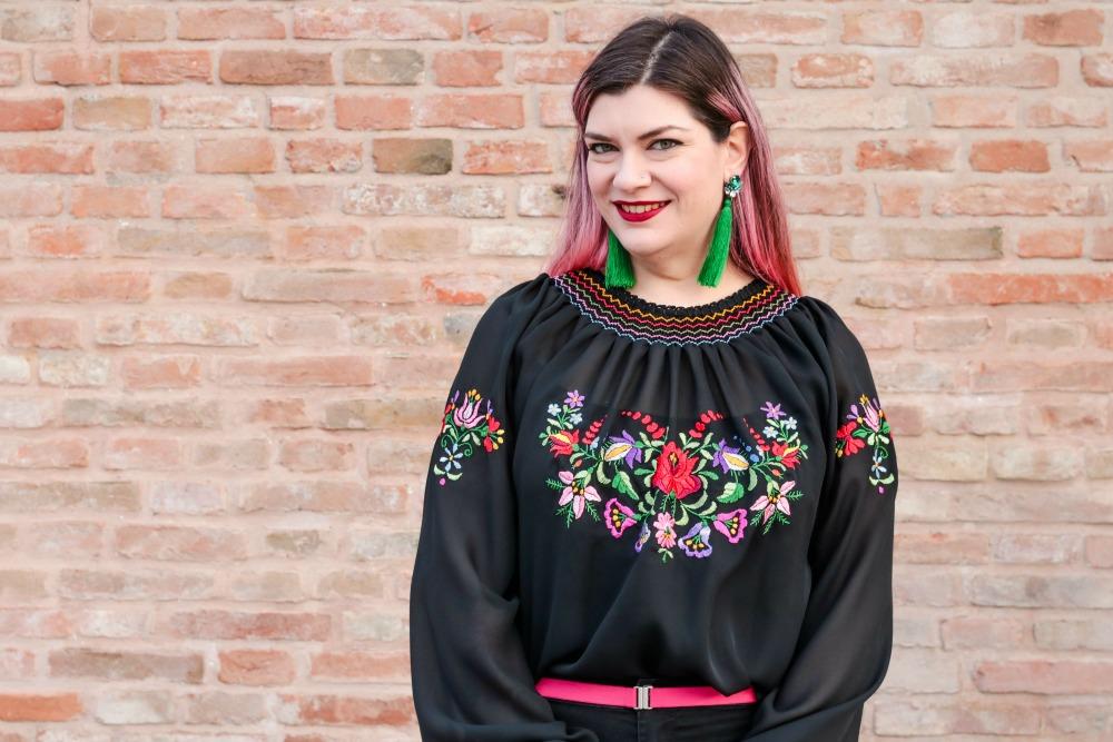 Outfit plus seize curvy con blusa ricamata, jeans neri e cappotto handmade (4)