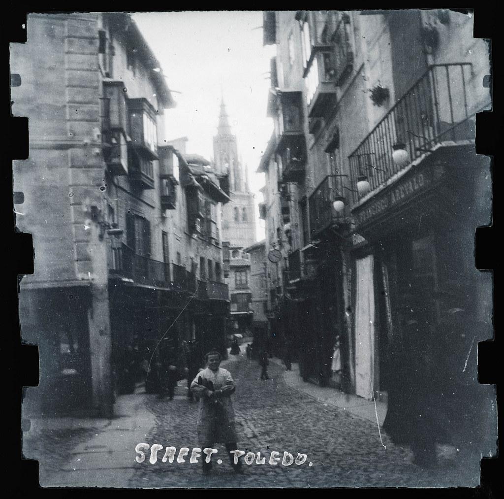 Calle ancha en Toledo hacia 1895. Fotografía probablemente tomada con una cámara modelo Frena nº1.