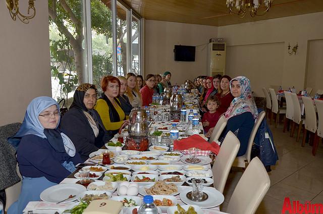 'Akdeniz'de Kadınlar El Ele Alanya Reklam ve Dayanışma Grubu' kurucusu Emine Makam ve grup yöneticileri -2