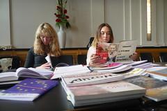 Das Juryteam für den Sonderpreis der Vertretung der Europäischen Kommission in Deutschland, Nikola John und Laura Hensel, junge Journalistin