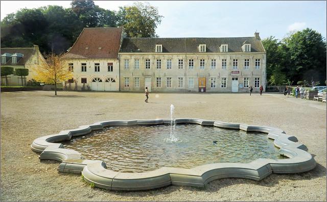 Cour d'honneur et fontaine de l'Abbaye du Rouge-Cloître, Auderghem, Bruxelles, Belgium