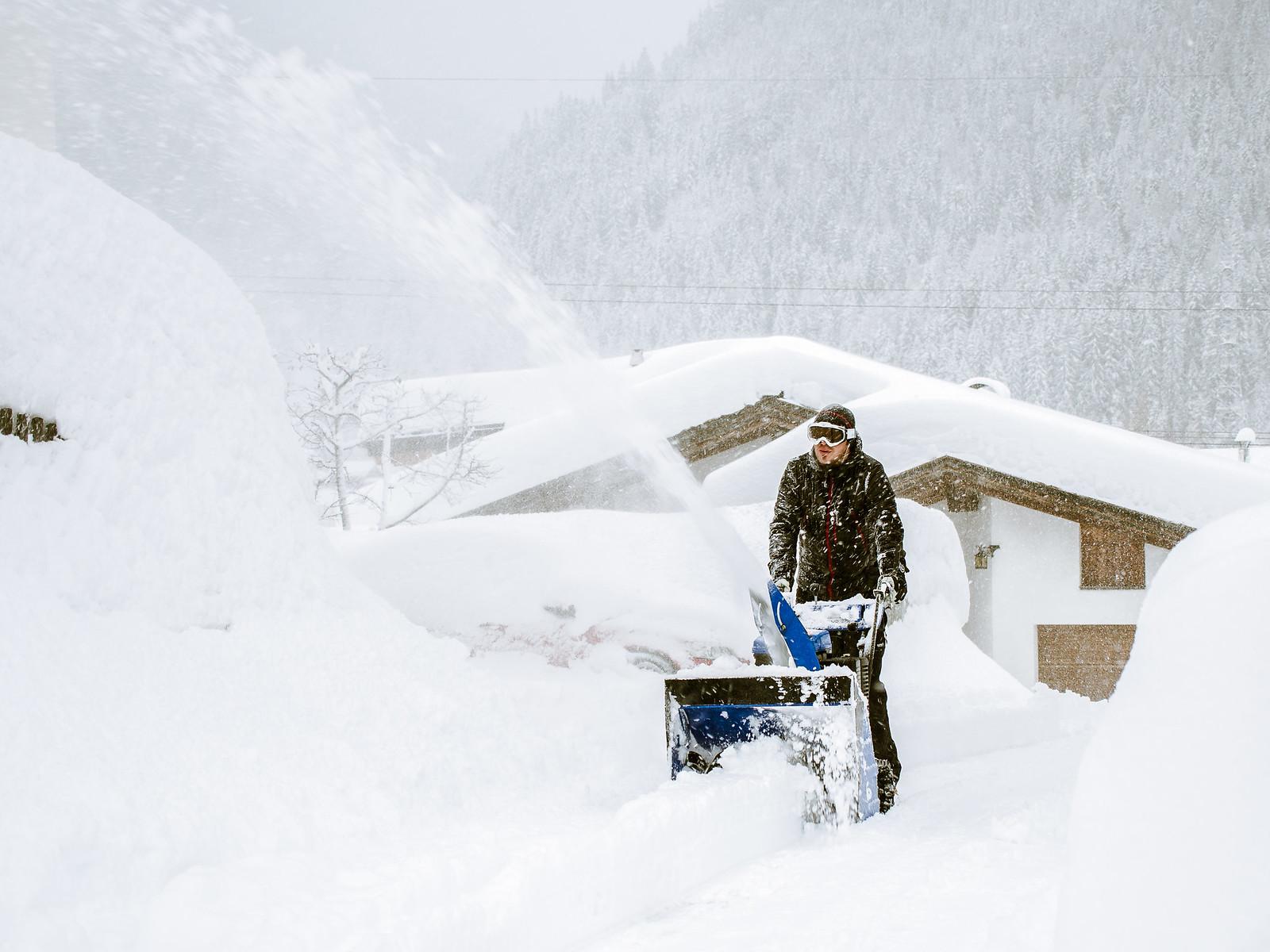 Kylänmies lumitöissä