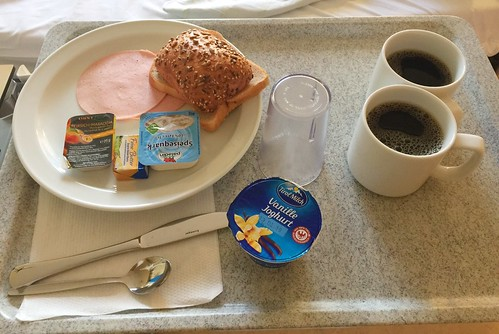 Curd, jam & ham with bun & white bread / Quark, Konfitüre & Schinken mit Brötchen & Weißbrot