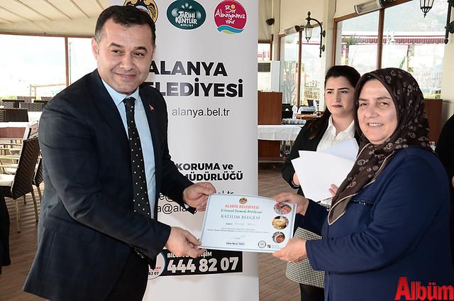 Alanya Belediyesi Yöresel Yemek Atölyesi'ne katılan kursiyerlere sertifikaları verildi. -5