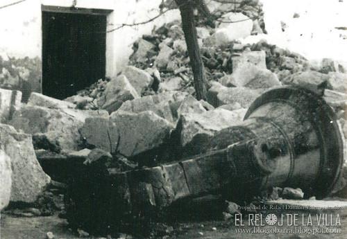 CAMPANA EN EL SUELO AÑO 1952 - FOTO PROPIEDAD DE RAFAEL DAMIÁN VALERO ALCAÑIZ