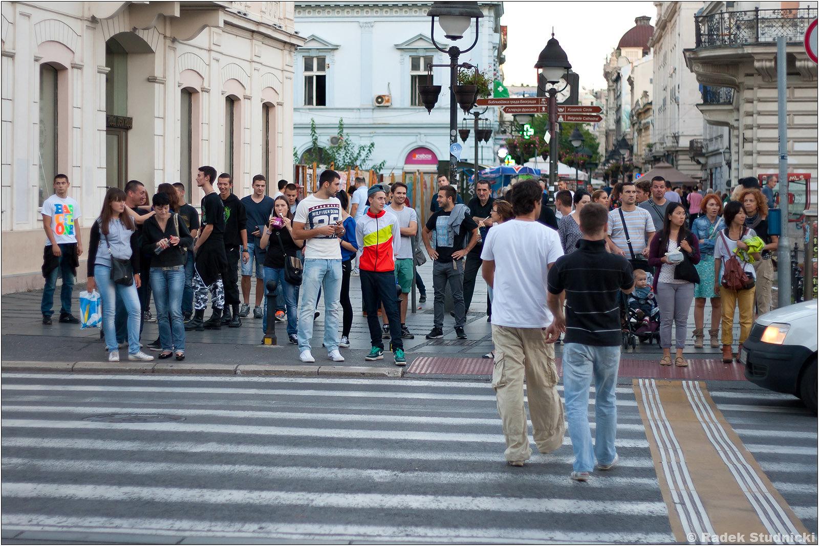 Przechodnie na ulicy Knaza Mihaila