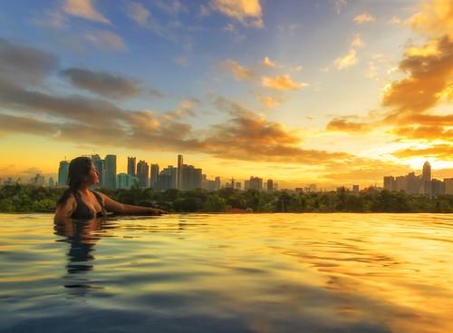 amazingsunrise sunlight waterreflections discoveryprimea hotelresorts infinitypool beautifulsky beautifuldestinations beautifullight makaticity ayalacenter