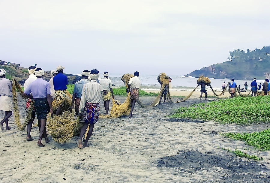Утро на пляже Ковалама. Рыбаки уходят в море. Керала, Индия