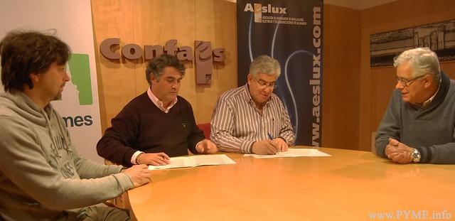 El presidente de AESLUX, José Luis Sánchez Iglesias, firma el convenio de colaboración con Agustín M. García Iglesias, director del CIFP Río Tormes por el cual los alumnos de FP del centro formarán parte del programa de mentorización de la asociación.