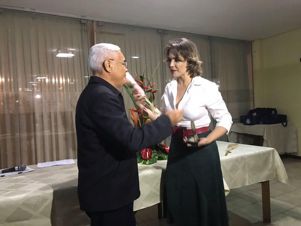 Titina Medeiros recebendo troféu de Kerginaldo Jacó