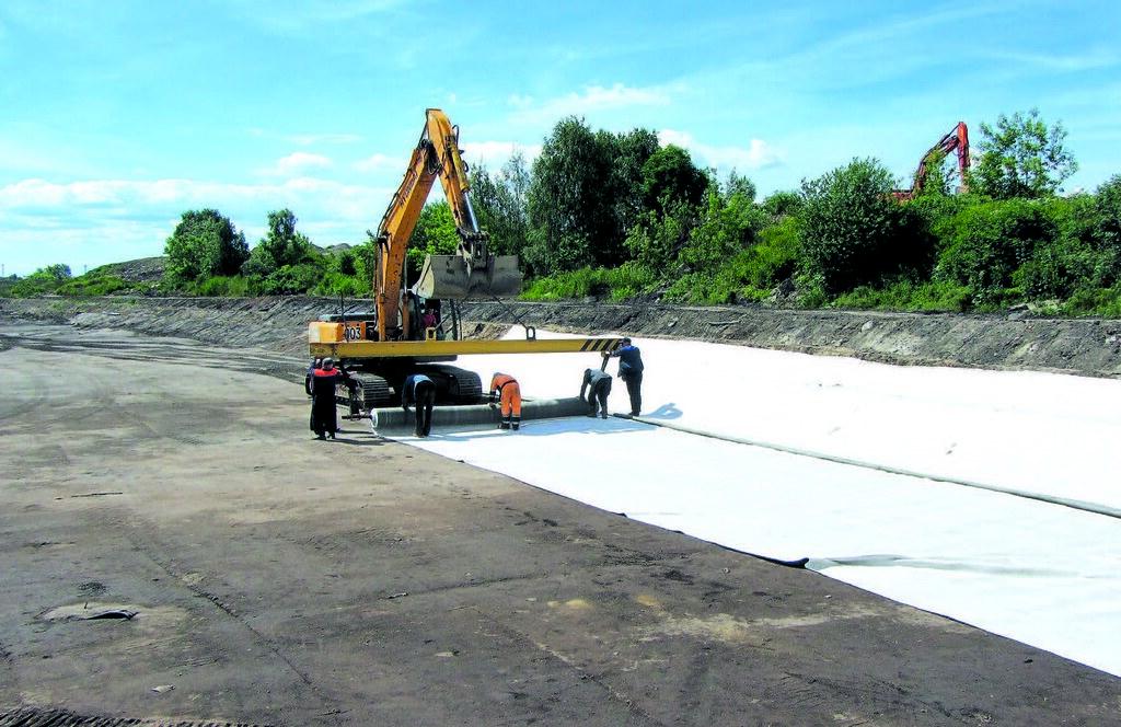 Процесс постройки хвостохранилища, укладываение противофильтрационного материала