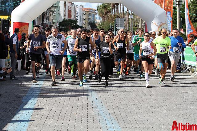 'Atatürk'e Koşalım, Atatürk'le Koşalım' sloganı ile düzenlenen 18. Alanya Atatürk Yarı Maratonu ve Alanya Halk Koşusu