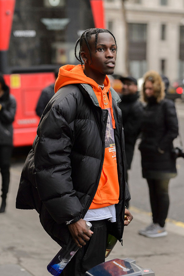 黒ダウンジャケット×オレンジプルオーバーパーカー