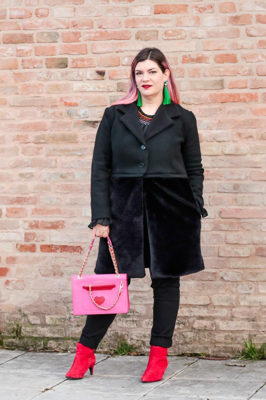 Outfit plus seize curvy con blusa ricamata, jeans neri e cappotto handmade (5)
