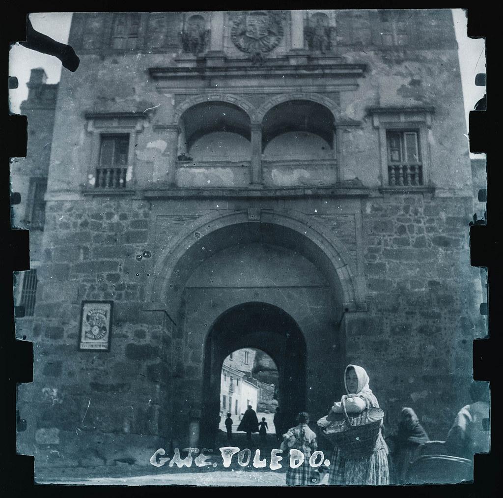 Puerta del Cambrón en Toledo hacia 1895. Fotografía probablemente tomada con una cámara modelo Frena nº1.