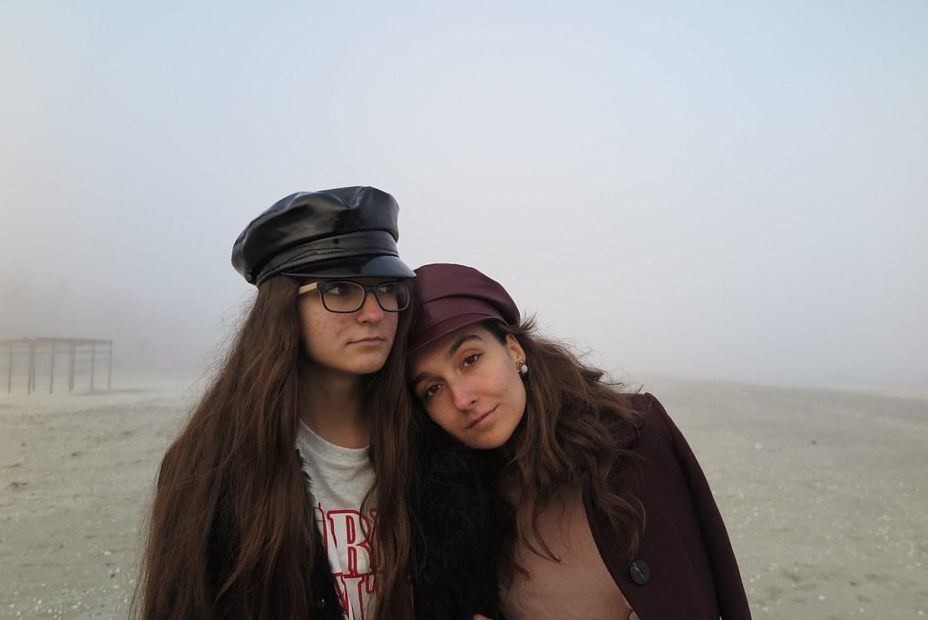 Privirile care lasa urme. Doua surori despre acnee.