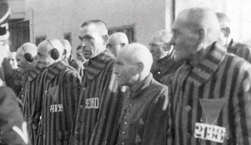 Prisioneiros em campo de concentração (usando um triângulo na roupa)