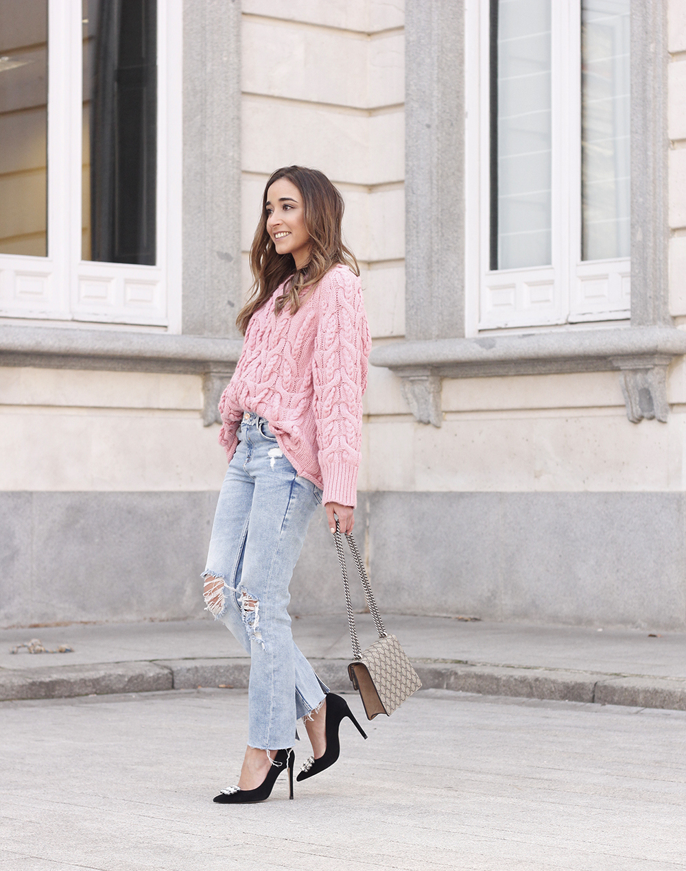 Pink chunky sweater ripped jeans gucci bag uterqüe heels casual winter outfit 2018 look invierno jersey rosa zara04