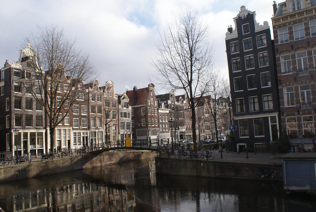Superbes canaux entre la Vieille Ville d'Amsterdam et le quartier de Jordaan.