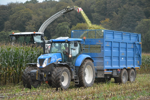Claas Jaguar 970 SPFH filling a Broughan Engineering Mega HiSpeed Trailer drawn by a New Holland T7.235 Tractor