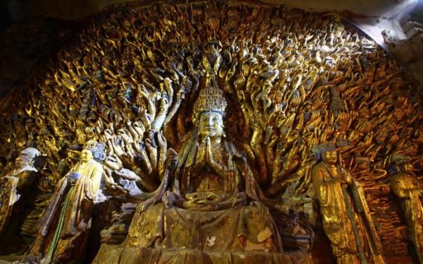 Rupaka Avalokitesvara Bertangan Seribu (Qiānshǒu Guānyīn) di Pahatan Batu Dazu, Chongqing, Sichuan, Tiongkok.