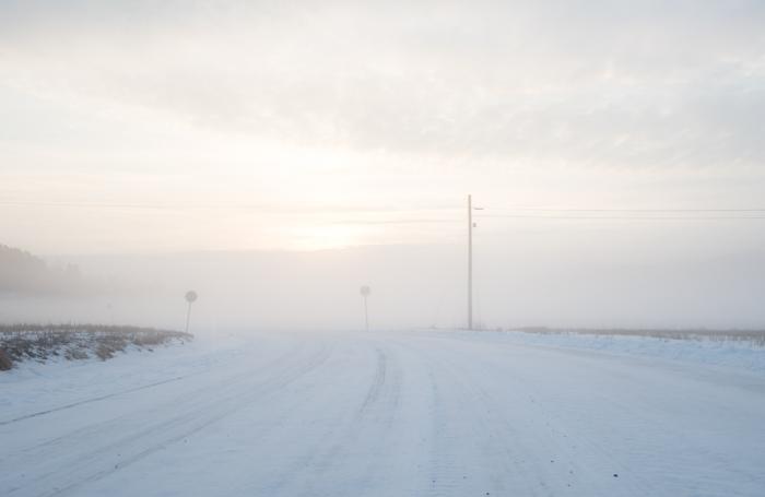 winter wonderland sumuinen maalaismaisema talvella rural tie