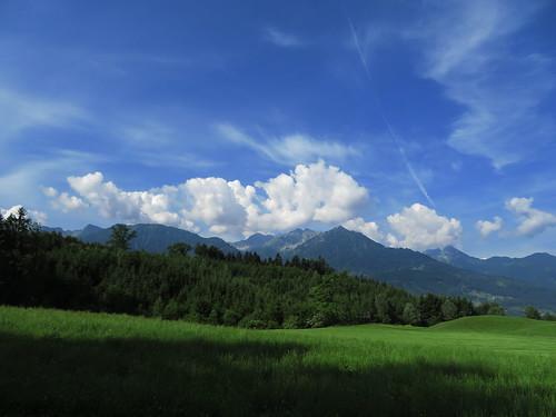 20170615 05 078 Wolken Berge Wald Wiese