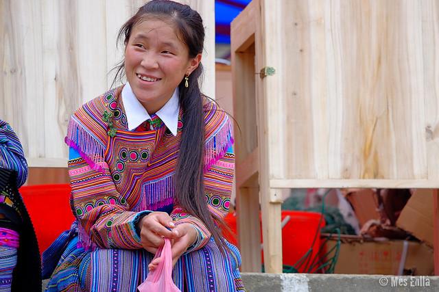 Joven de la etnia Hmong en el mercado de Bac Ha