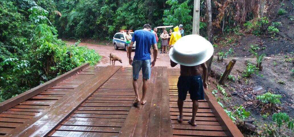 A precária ponte sobre o igarapé Tira Ressaca