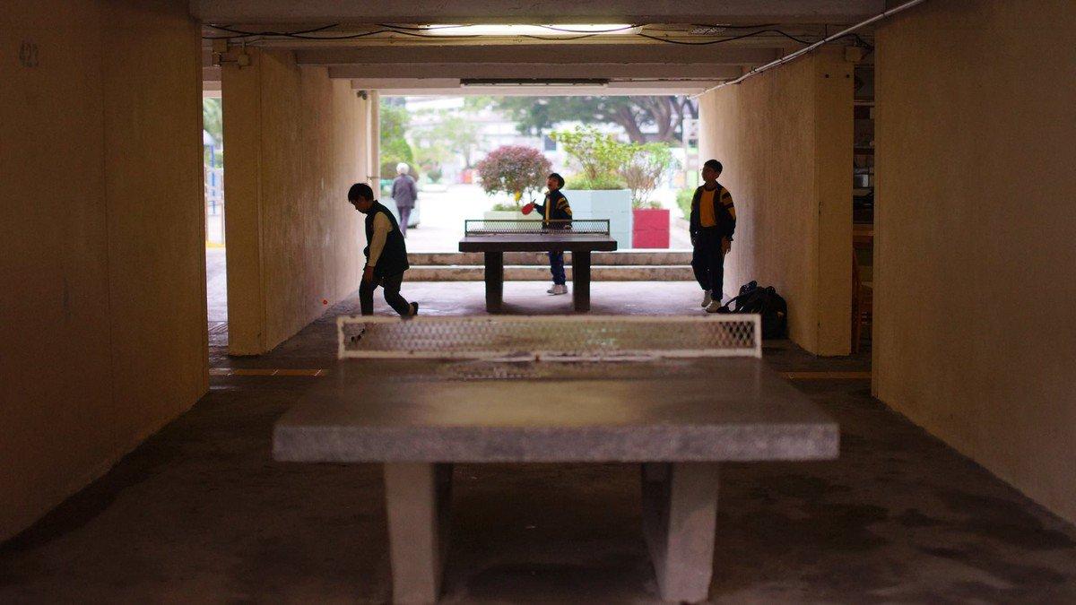 一行人便是在乒乓球檯附近遇到阿 X。