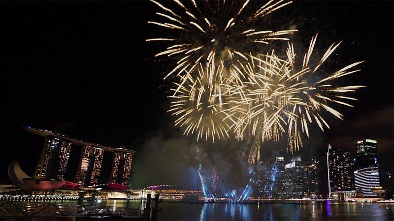 Kembang api merupakan bagian dari pertunjukan acaa pergantian tahun di Marina Bay.