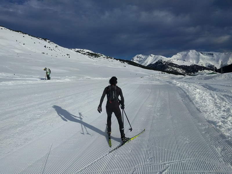 Con las mochilas de hidratación haciendo esquí de fondo