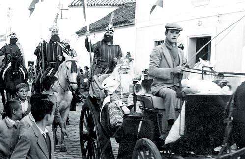Curiosa estampa que recoge un momento de una de las primeras cabalgatas nazarenas. Ataviado como rey Melchor, el nazareno Fernando Gómez.
