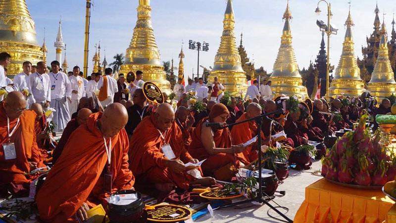 Para Sayadaw membacakan ayat-ayat buddhābhiseka di Stupa Shwedagon pada  Senin (1/1/2018)  di Yangon, Myanmar