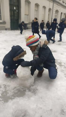 Sneeuwpret op de speelplaats