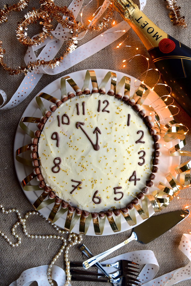 New Years Eve Clock Cake #newyear #newyearseve #cake #baking #party #chocolate #cherry #cognac