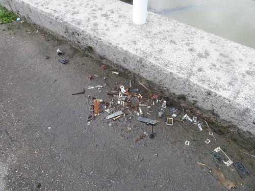 金沢競馬場の裏の道のゴミ
