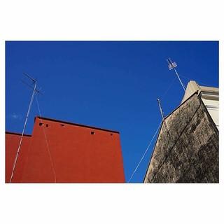 #instavalencia #valencia #spain #sky #blue #bluesky #house #red #redwalls #wire #instagram #travelgram